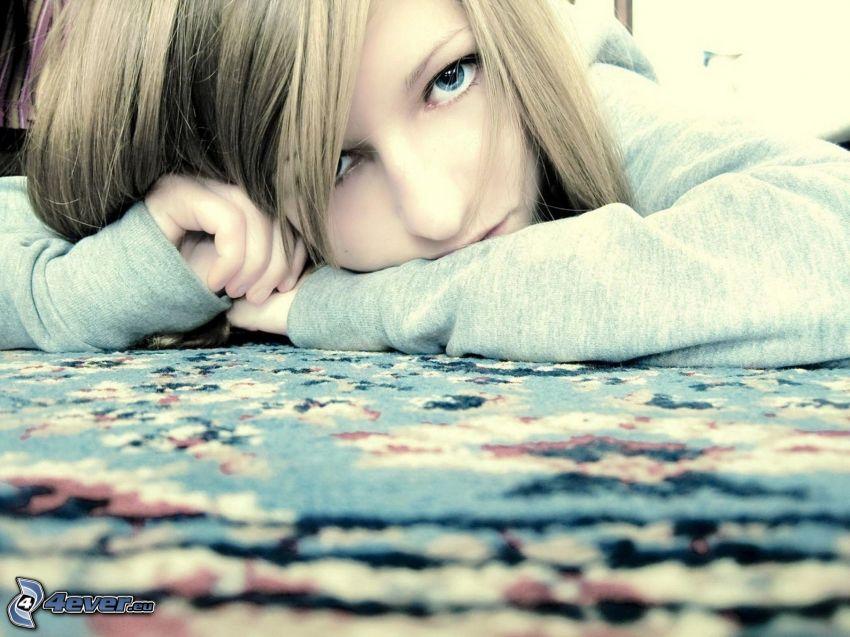 trauriges Mädchen, blaue Augen