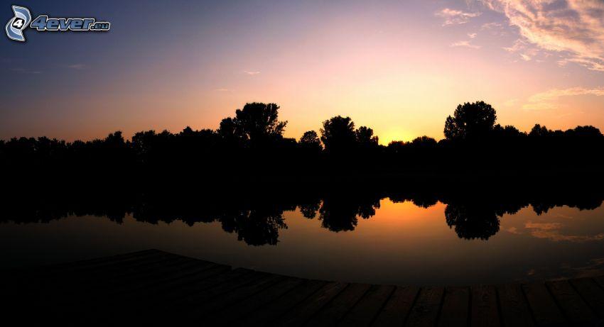Bäum Silhouetten, Silhouette eines Waldes, Abendhimmel, Fluss