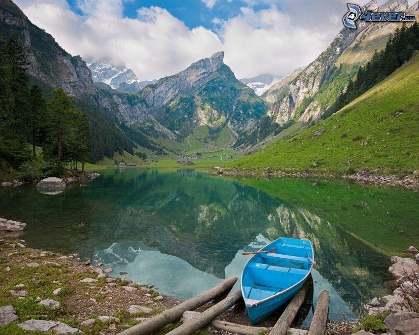 Boot, See, felsige Berge
