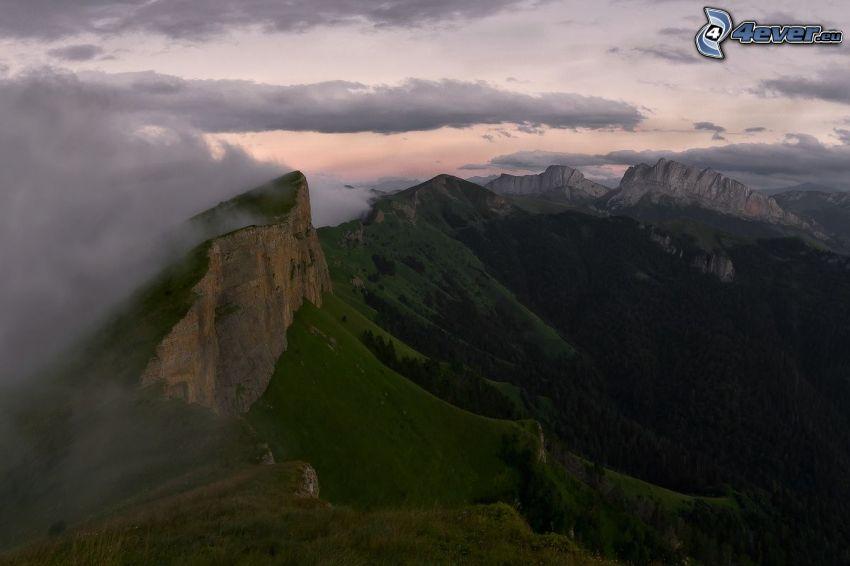 felsige Berge, Wolken, Grün