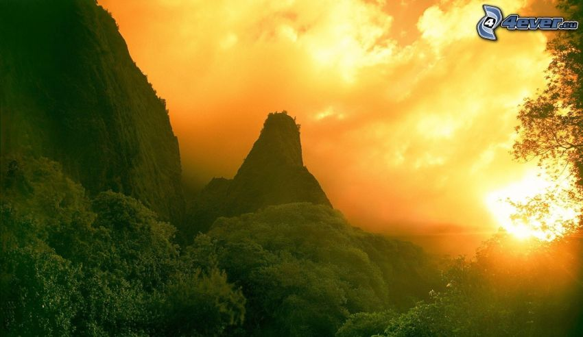 hohe Berge, orange Sonnenuntergang, Bäume