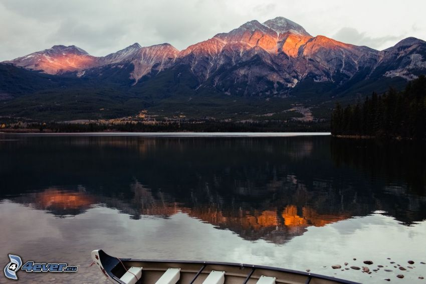 Pyramid Mountain, felsiger Berg, Bergsee, Spiegelung, Boot