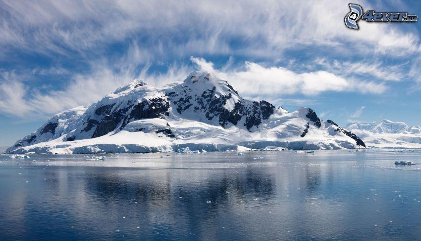 schneebedeckte felsige Insel