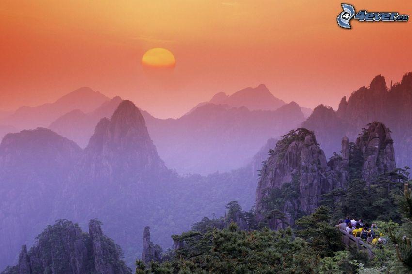 Sonnenuntergang über den Bergen, Huangshan, felsige Berge