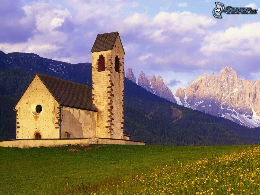 Val di Funes, Kirche, felsige Berge, Wiese, Italien