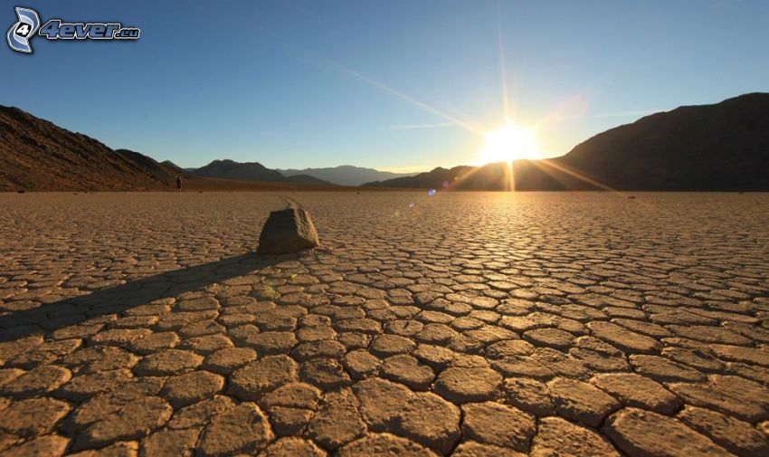 Death Valley, Sonnenuntergang hinter dem Hügel, trockene Boden, Stein