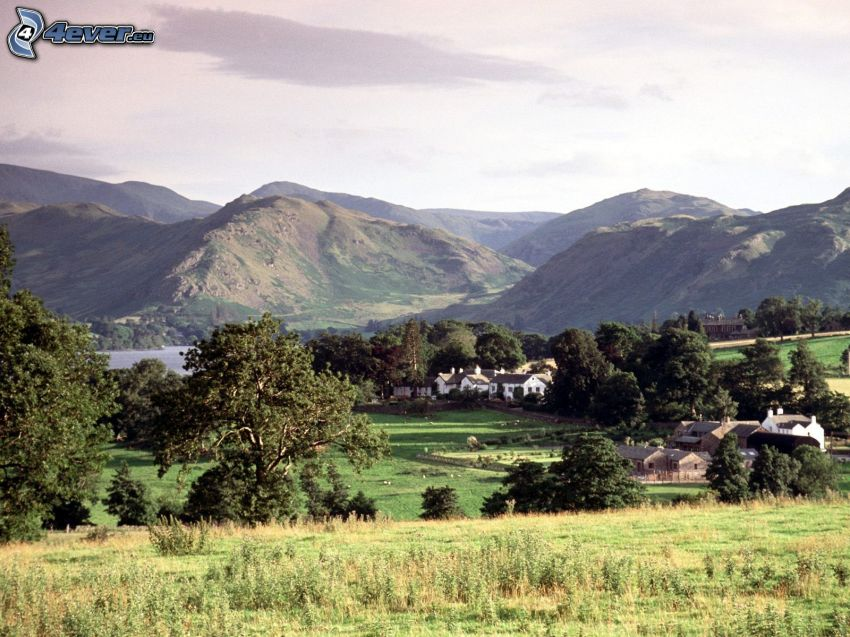 Dorf, Berge, Wiesen