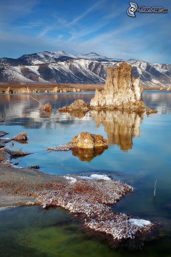 Felsen, See, schneebedeckte Berge