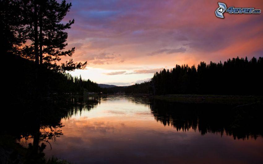 Fluss, Abendhimmel, Silhouette eines Waldes