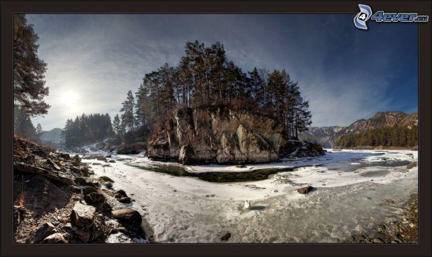 Fluss, Felsen, Nadelbäume, Schnee