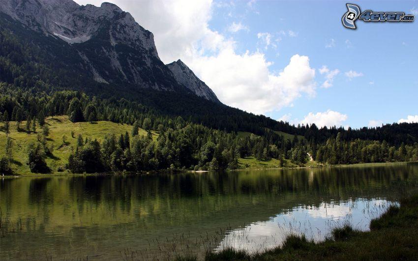 Fluss, Wälder und Wiesen, felsiger Berg