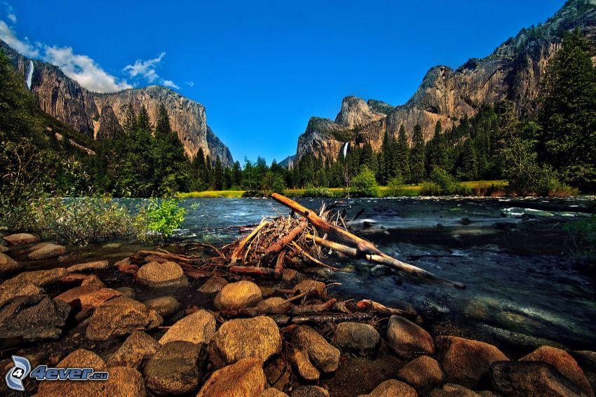 Fluss im Yosemite-Nationalpark, felsige Berge, Steine