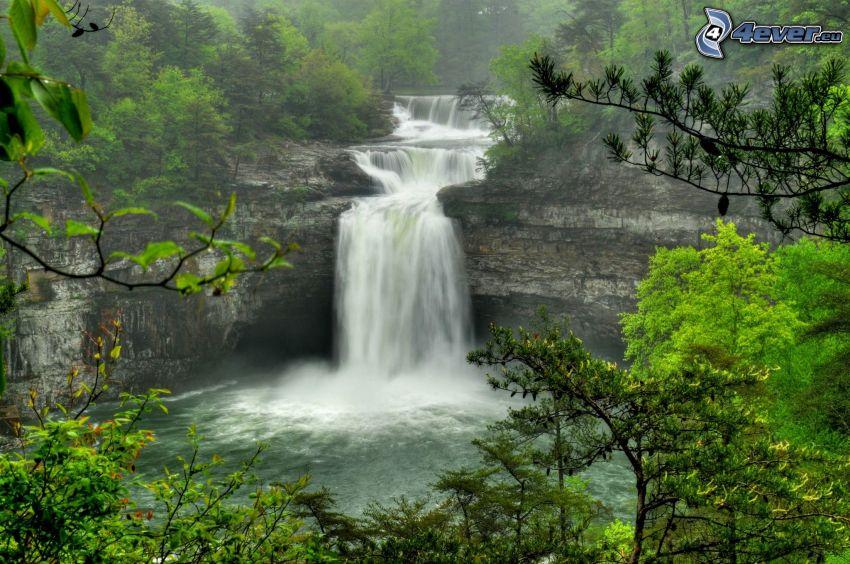 forstlicher Wasserfall, Felsen