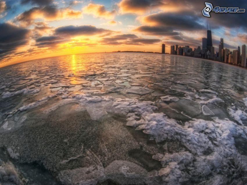 gefrorener Fluss beim Sonnenuntergang, City