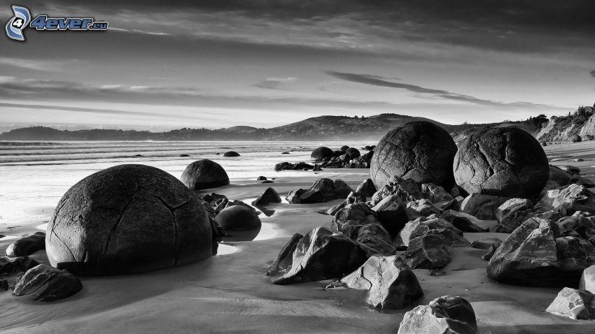 Geröll, Felsen im Meer, schwarzweiß