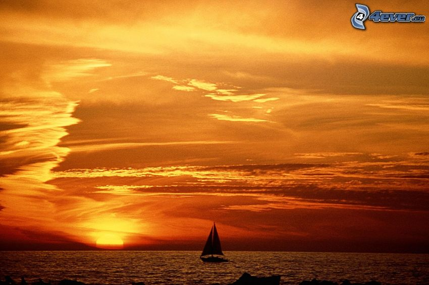 Orange Sonnenuntergang über dem Meer, Segelschiff