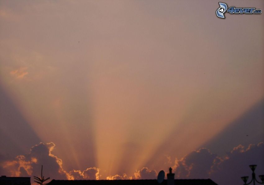 Sonnenstrahlen hinter der Wolke, Dach