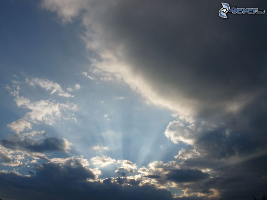 Sonnenstrahlen hinter der Wolke