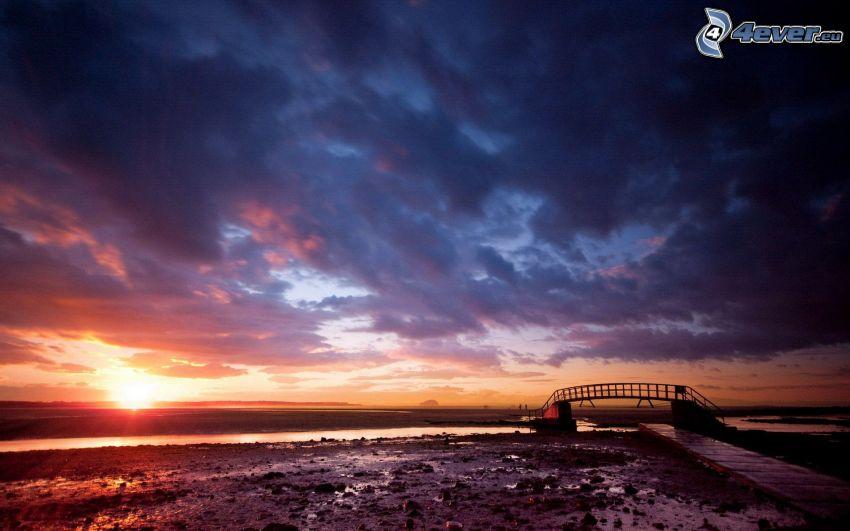 Sonnenuntergang auf dem Meer, wolkenbedeckt, Strand, Fußgängerbrücke