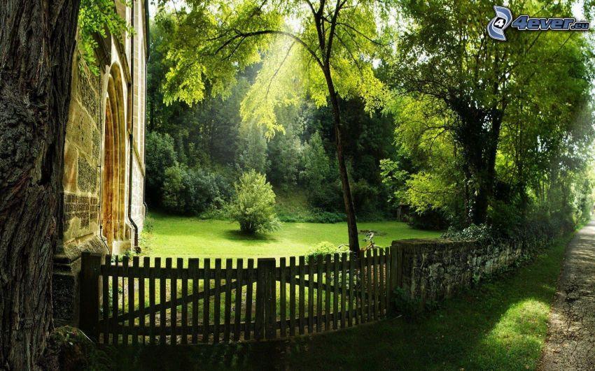Holztor, Kirche, Park, Zaun, Bäume