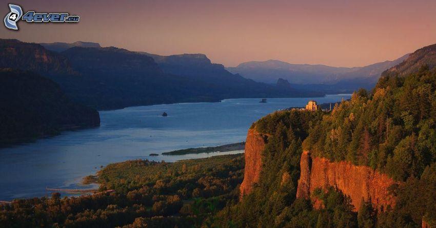 Fluss, Klippe, Haus auf dem Hügel, nach Sonnenuntergang, Nadelwald