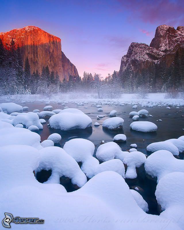 Fluss im Yosemite-Nationalpark, Winterfluss, El Capitan, Felsen, Wald