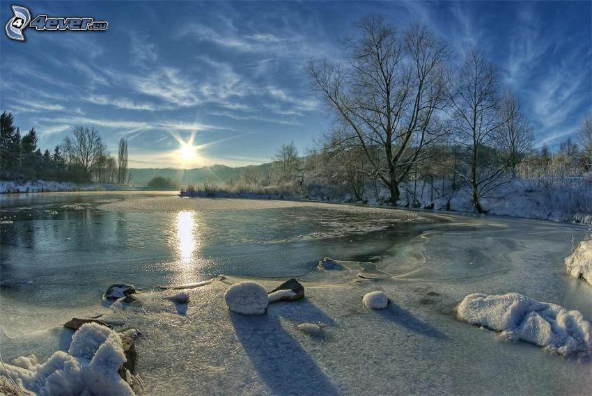 gefrorener Fluss beim Sonnenuntergang