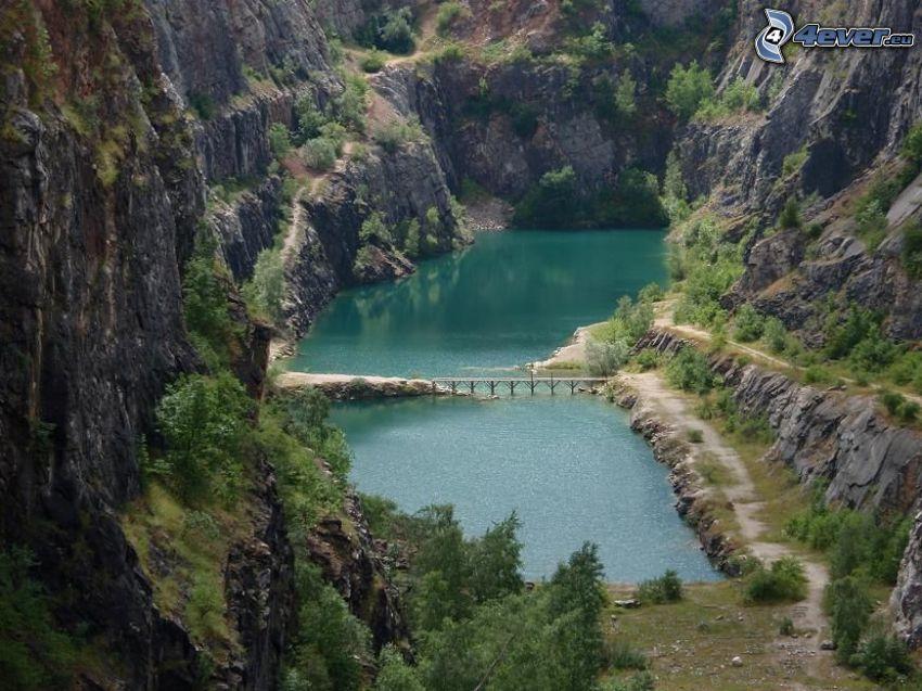Kiesgrube, grünes Wasser, Brücke