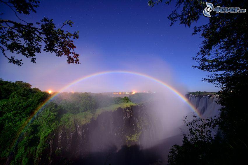 Regenbogen, felsige Berge