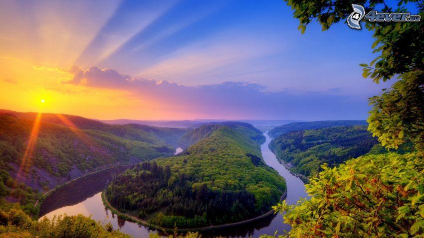 Sonnenuntergang hinter den Bergen, Fluss, Wald