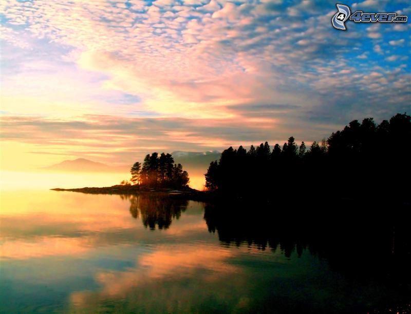 Sonnenuntergang über dem See, ruhige Wasseroberfläche, Wald
