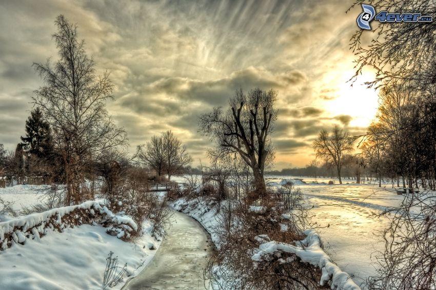 verschneite Landschaft, Abendhimmel