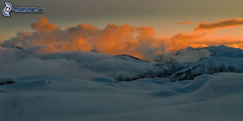 verschneite Landschaft, orange Sonnenuntergang