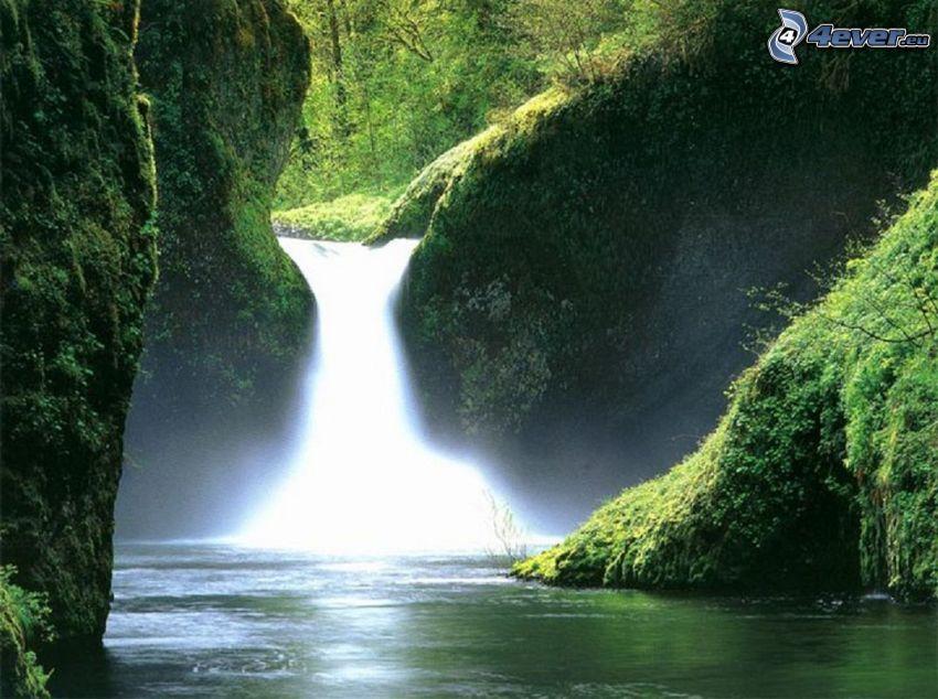 Wasserfall im Urwald, Dschungel