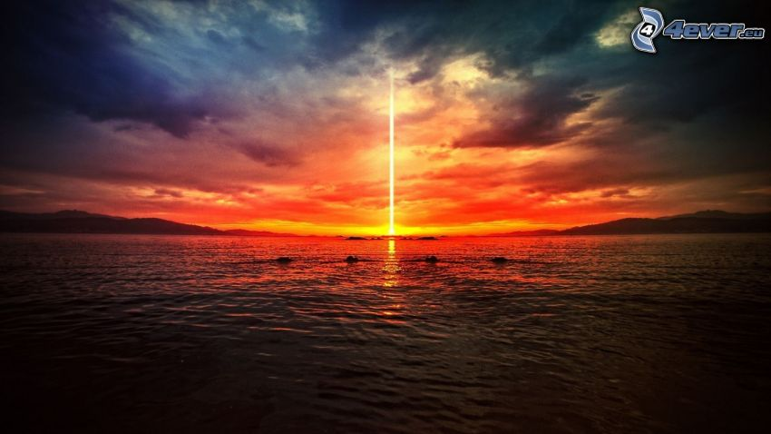 Lichtstrahl aus den Wolken, Meer, Himmel