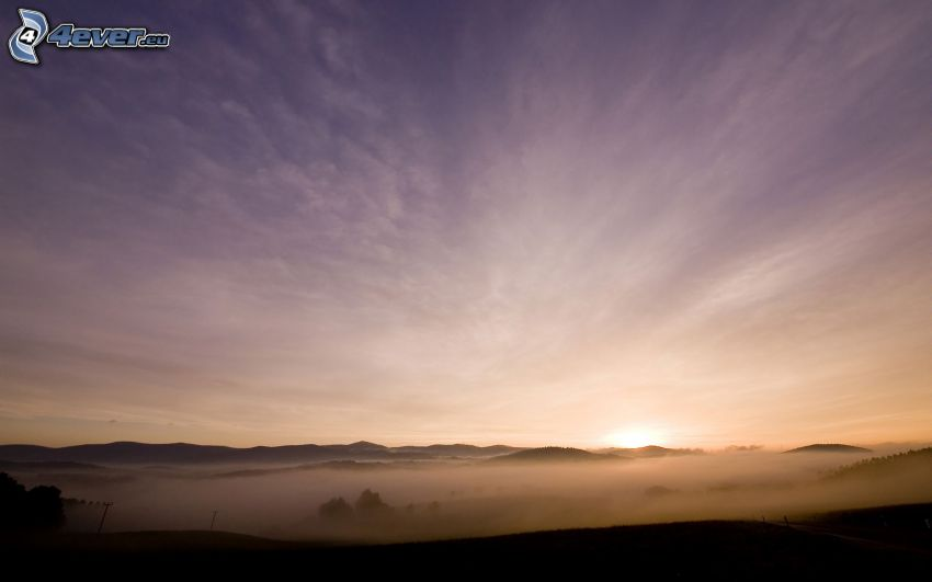lila Himmel, Boden Nebel, Berge