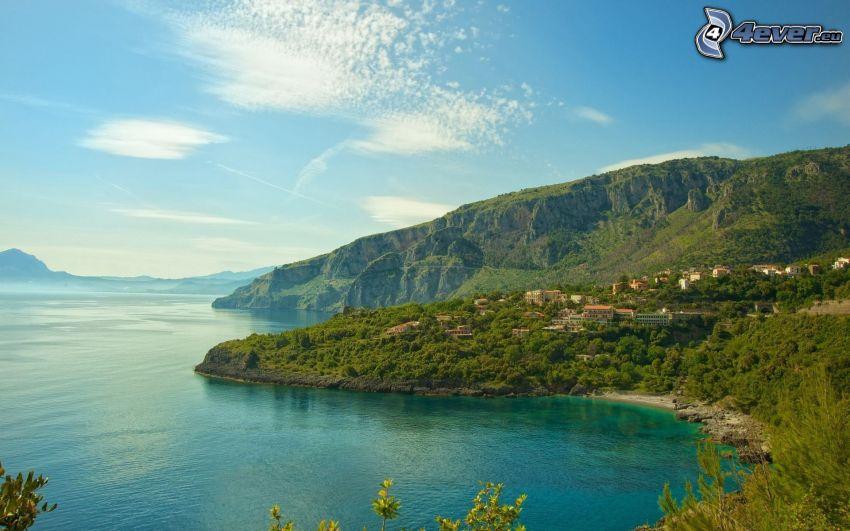 azurblaues Meer, Hügel, grüne Bäume