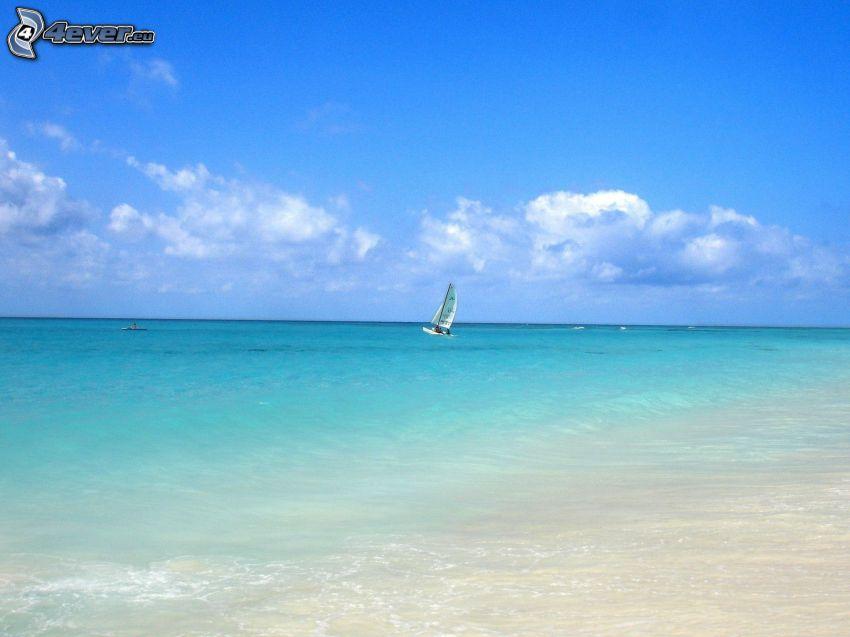 Boot auf dem Meer, azurblaues Meer, Strand, Wolken