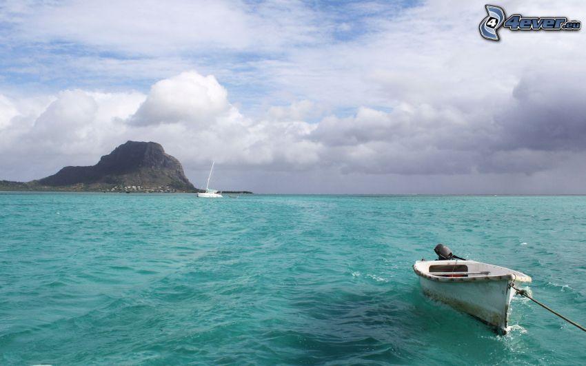 Boot auf dem Meer, Insel