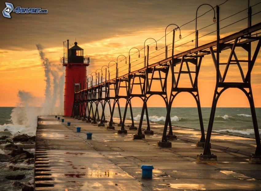 Brücke, Leuchtturm, Meer, orange Himmel
