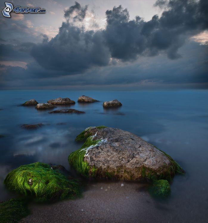 Felsen im Meer, Moos, Wolken