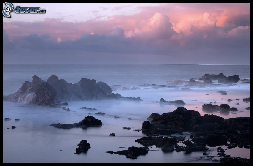 Felsen im Meer, nach Sonnenuntergang, Wolken