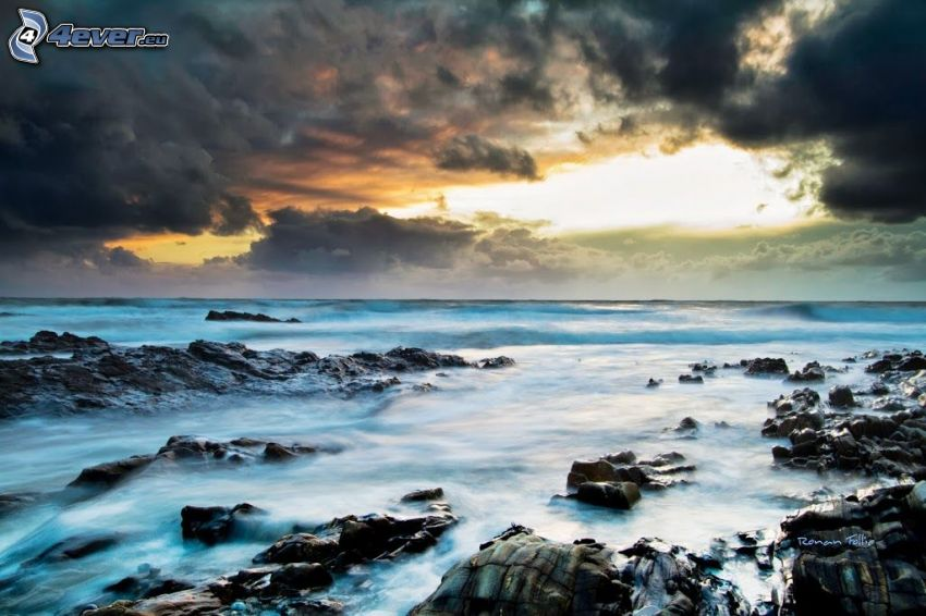 Felsen im Meer, stürmisches Meer, Wolken