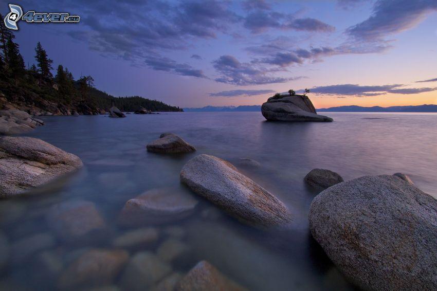 felsige Küste, Abendhimmel