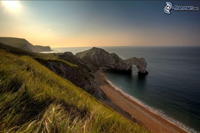 felsige Küste, felsiges Tor am Meer, Blick auf dem Meer