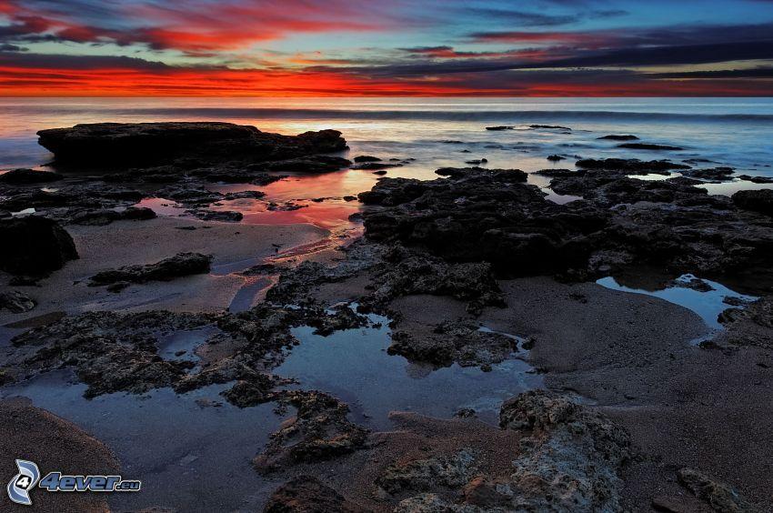 felsige Küste, Meer, Abendhimmel