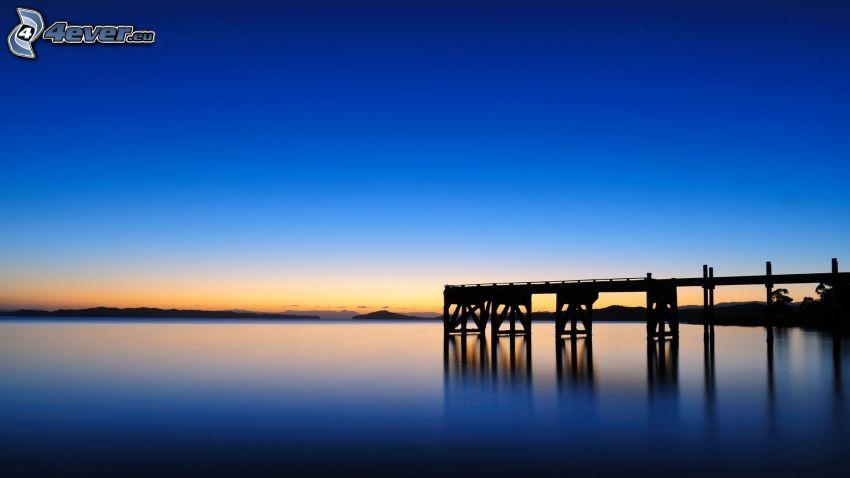 Holzsteg, Meer, nach Sonnenuntergang