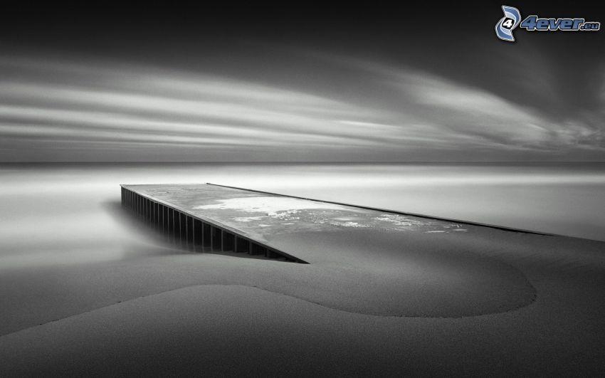 Holzsteg, Sand, Meer, schwarzweiß