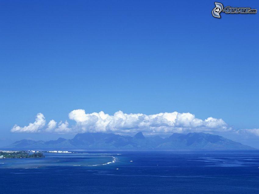 Hügel, Meer, Wolken