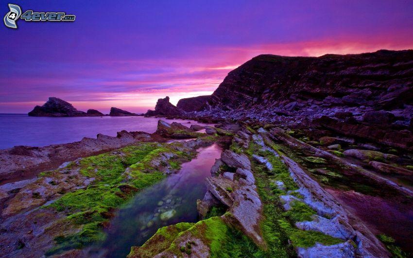 kaskadenförmige Küste, lila Himmel